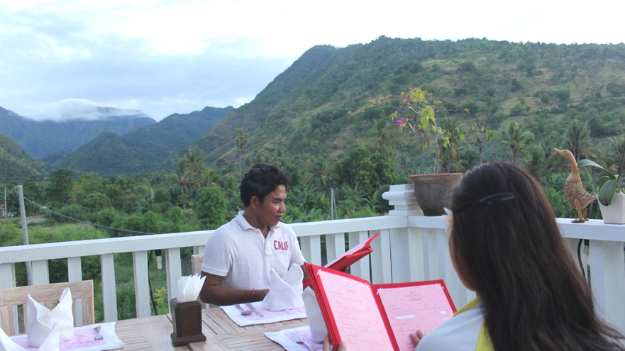 Rheevarinda menikmati makanan Khas Bali sambil melihat senja